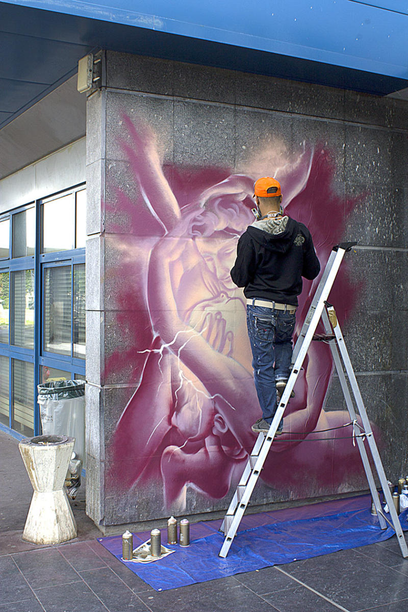 Max-plan-large-in-action-psyche-le-baiser-performance-creteil-street-art-a-l-hopital-2
